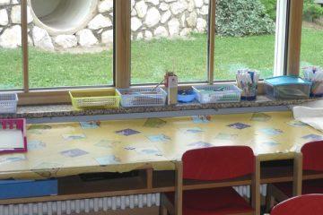 Ein langer, heller Zeichentisch im Atelier oder Gruppenraum